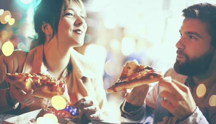 Happy_people_eating_pizza.jpg